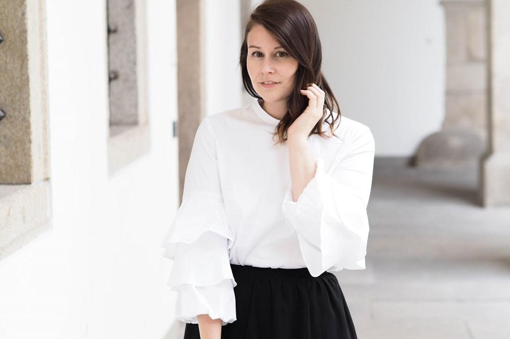 7 Styles with White   Weiße Rüschenbluse und graue Federn
