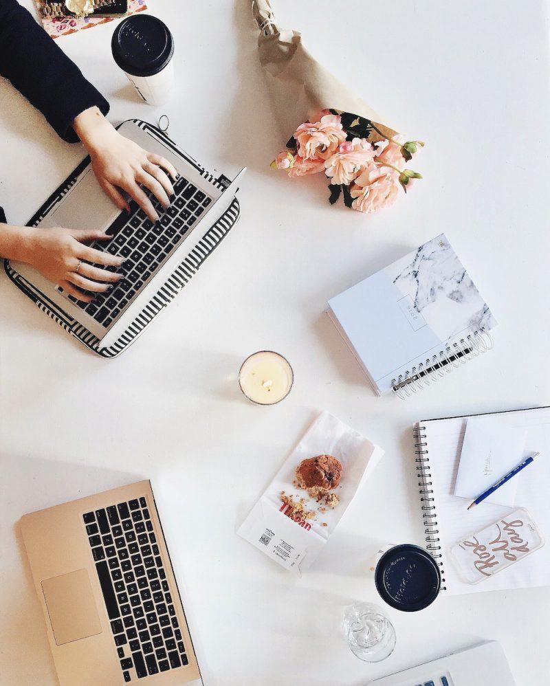 menschen die am laptop arbeiten